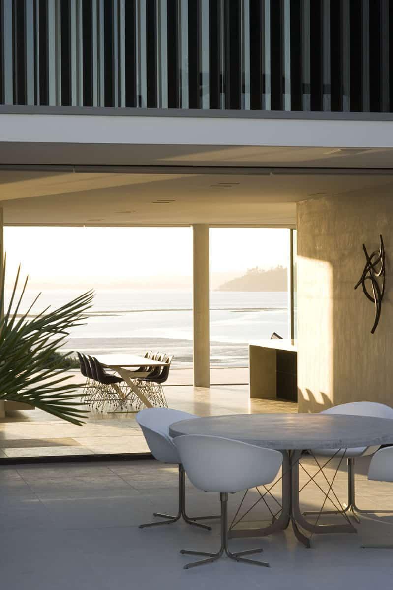 Serene, minimalist beach house in Auckland
